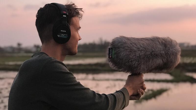 Symbolbild Videoproduktion: Tonassistent mit Richtmikrofon