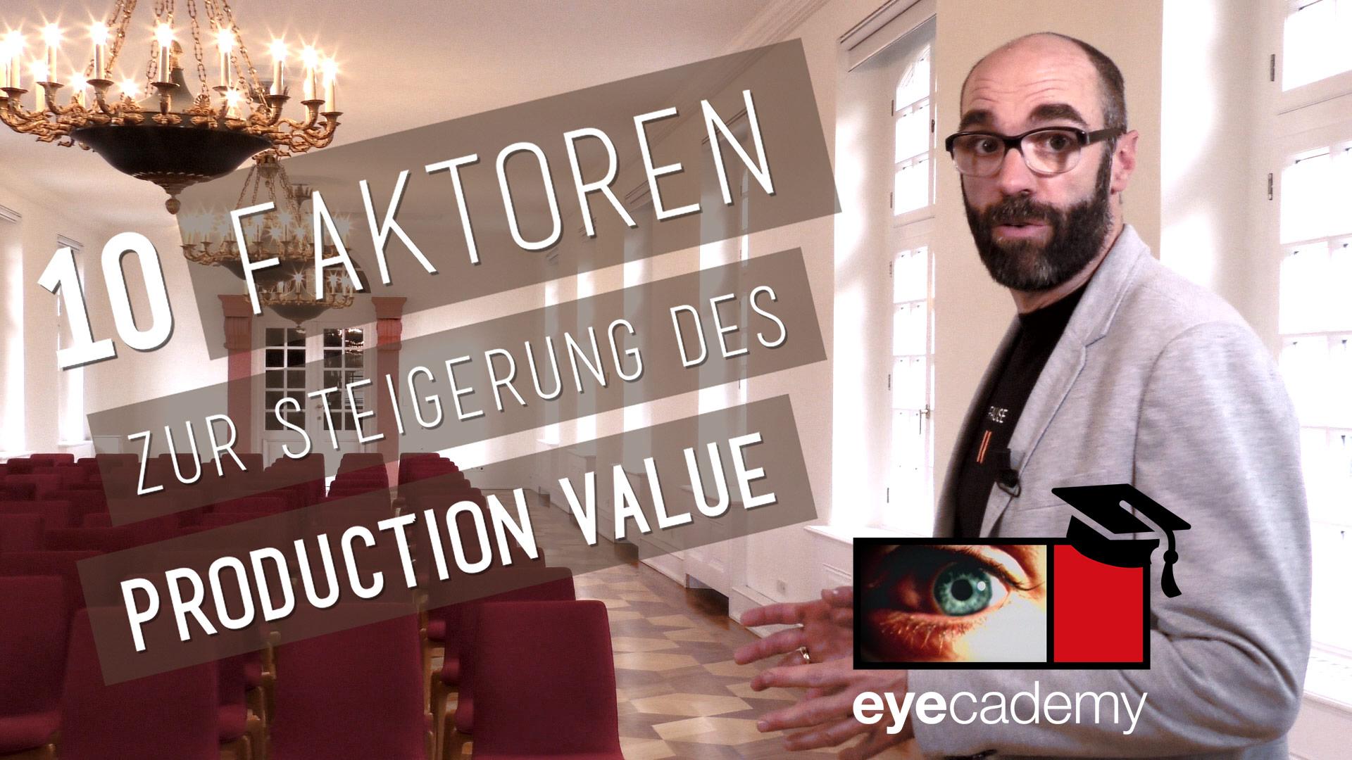 Standbild aus eyecademy-Film: Moderator Sascha Schiffbauer im Schloss Biebrich Wiesbaden