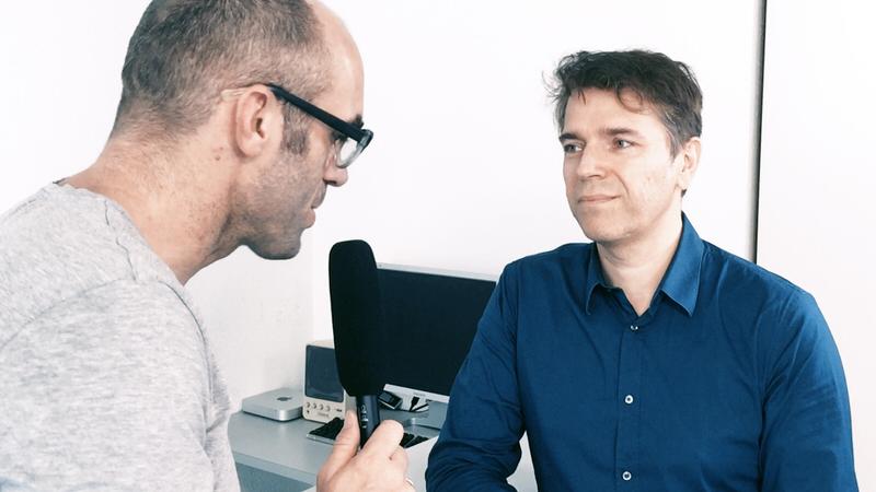 Standbild aus eyecademy-Interview: Moderator Sascha Schiffbauer und eyecatcher GF Richard Klein