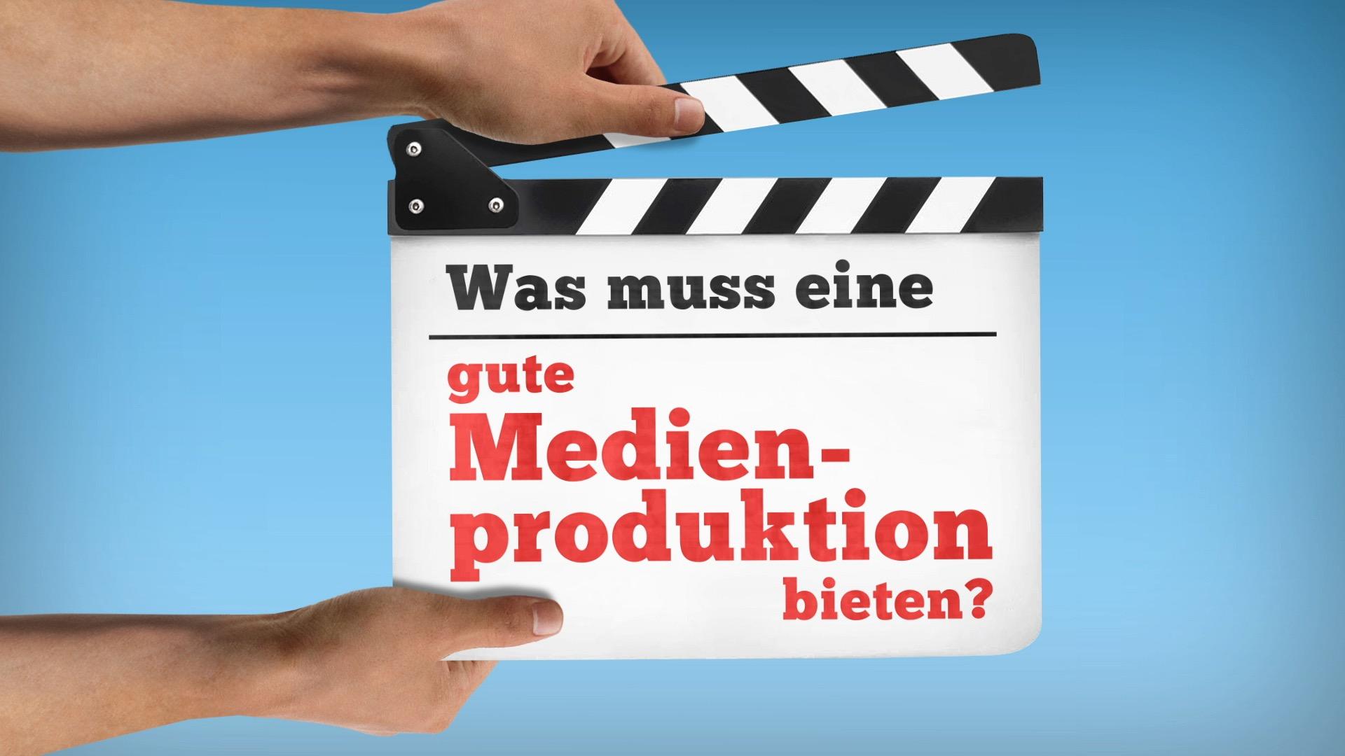 """Video-Thumbnail von Präsentationsfilm: Zwei Hände halten Filmklappe ins Bild, Aufschrift: """"Was muss eine gute Medienproduktion bieten?"""""""