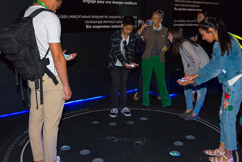 Thumbnail Previz-Video: expo-Besucher beim Anwenden der Video-Installation