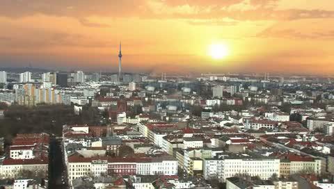 Standbild aus Unternehmensfilm: Sonnenaufgang über Großstadt